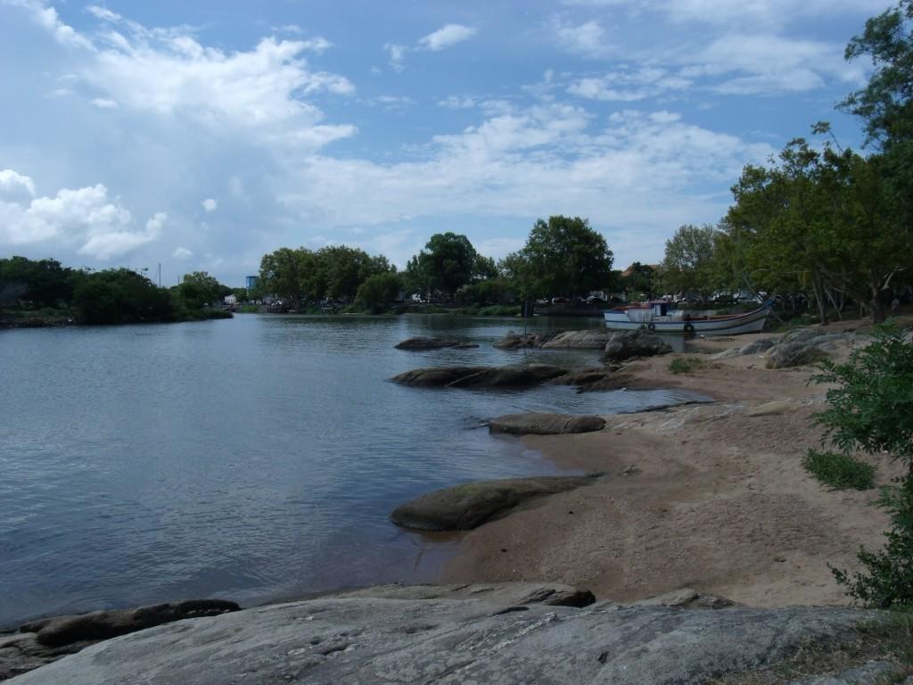 Praia com pedras na Lagoa dos Patos SLS