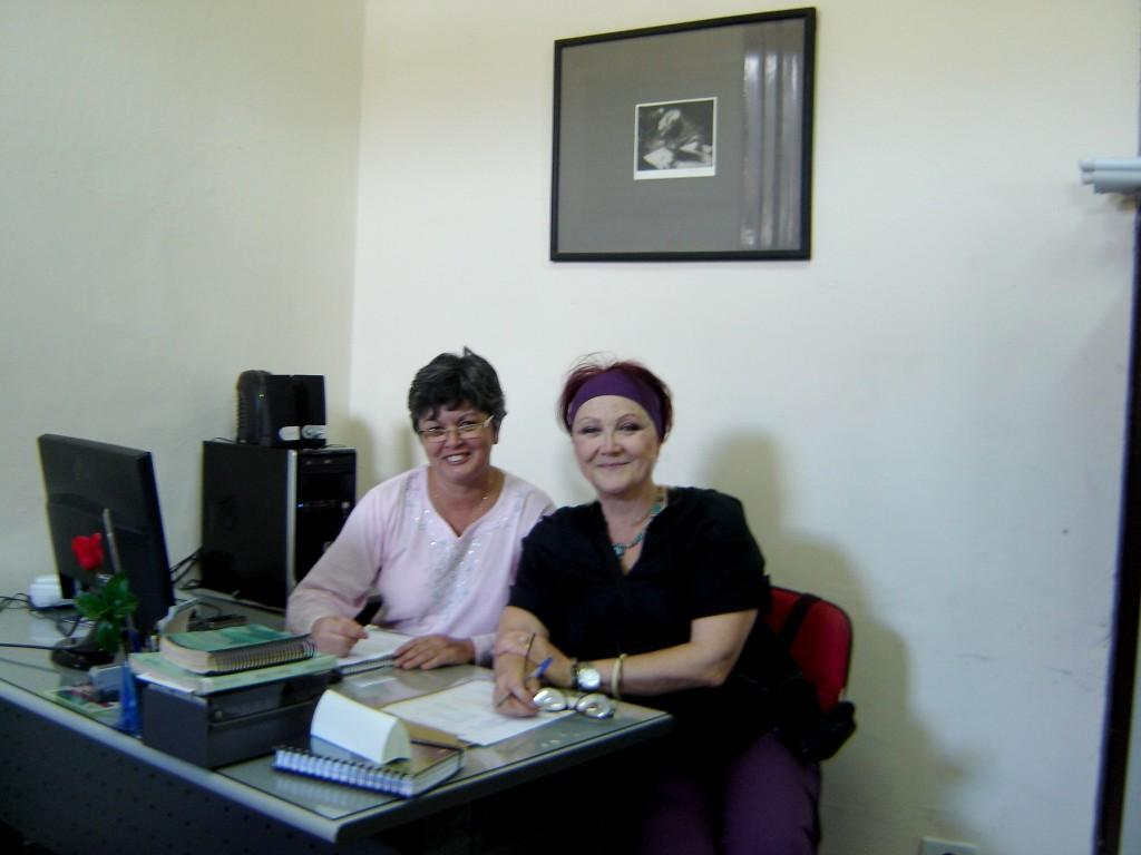 Assinando o Contrato com a JTU na Fundação Cultural de Jacareí, com Eleni Garcia