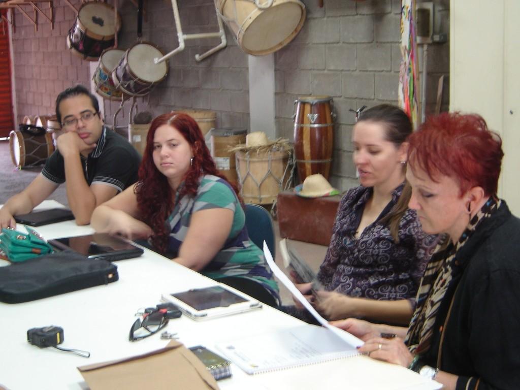 Primeira reunião com a equipe de produção no Instituto Sapucaia: Eu, Daniele Joukahadar, diretora de arte da Elemento de Comunicação, responsável pelo projeto gráfico do livro, Malu Santiago e Paulo Carvalho, responsáveis pelo web design do blog