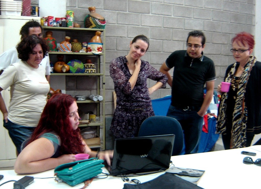 Discutindo as primeiras propostas para a identidade do Blog agora também com Vanderci Chelucci, produtora do projeto