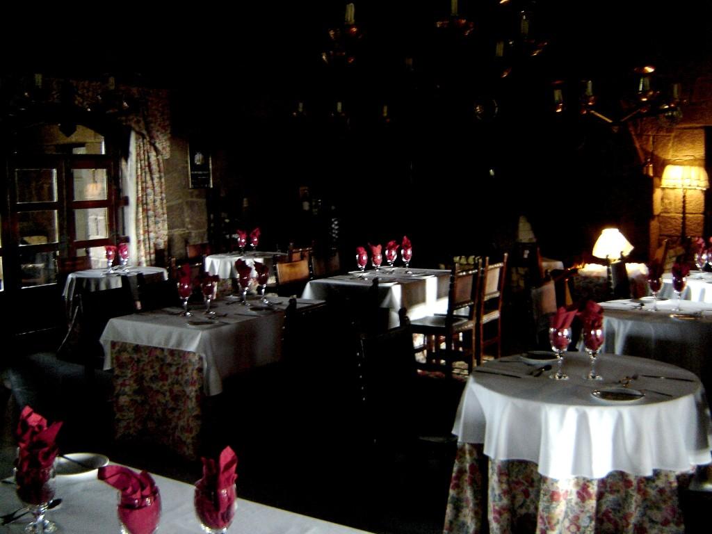 Salão de jantar com lareira ao fundo