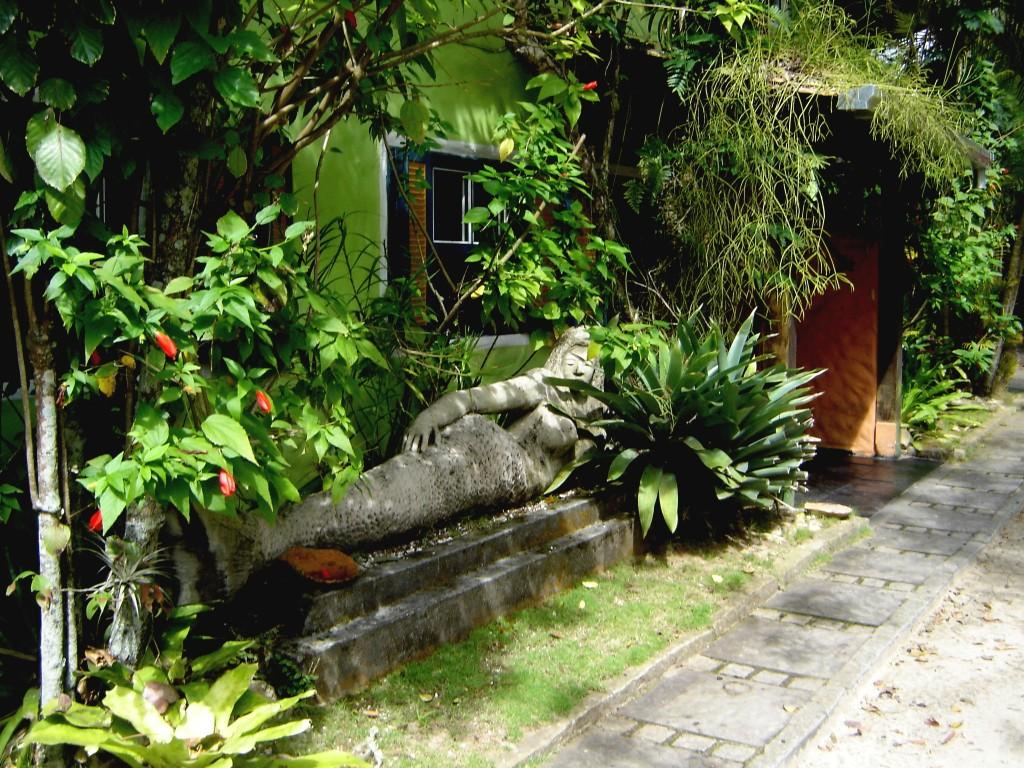 Sereia nos jardins da pousada Estaleiro Village