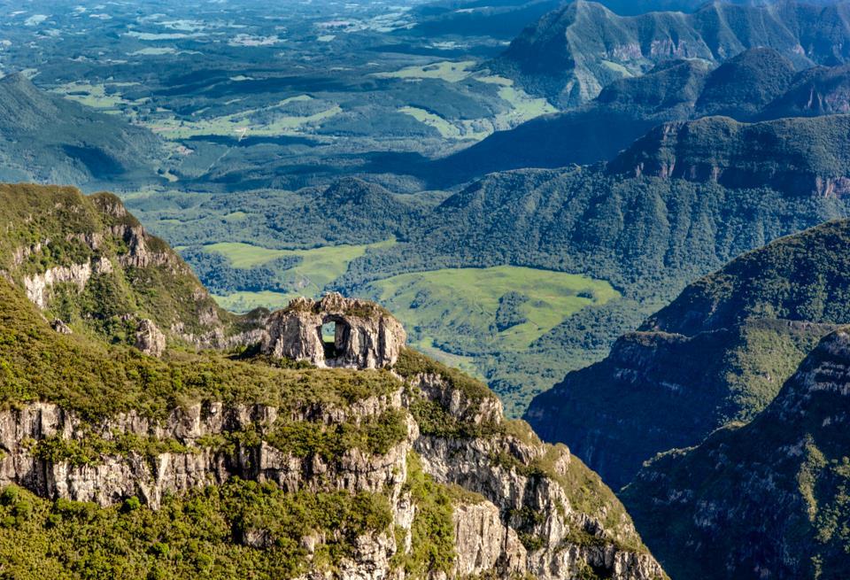 Pedra Furada na vista do Morro da Igreja - Urubici -Santa Catarina foto de Jarbas Porto de Mattos