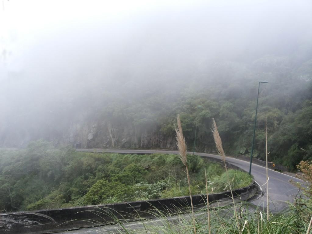 Serra com neblina